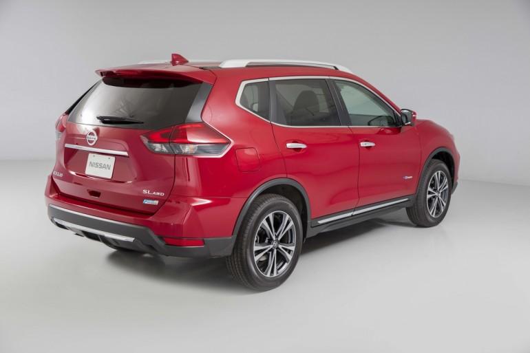 Rogue 2017 mang đến phong cách ngoại thất cập nhật - bao gồm mặt trước mới với đèn sương mù tích hợp, cản, lưới tản nhiệt V-Motion đặc trưng của Nissan và đèn pha sửa đổi với đèn LED chiếu sáng ban ngày - được thiết kế để tăng cường sự hiện diện năng động, mạnh mẽ của Rogue.