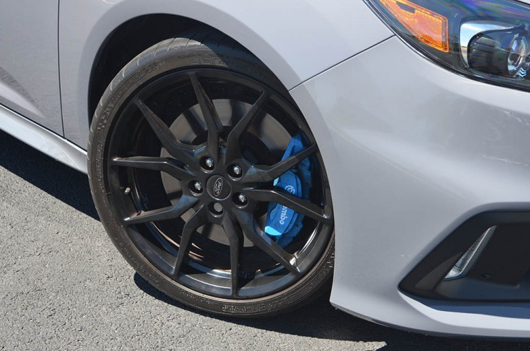 2017-ford-focus-rs-wheel-lốp-brembo-phanh