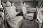 Đánh giá so sánh: Toyota Sienna XLE V6 2011 so với Honda Odyssey Touring 2011