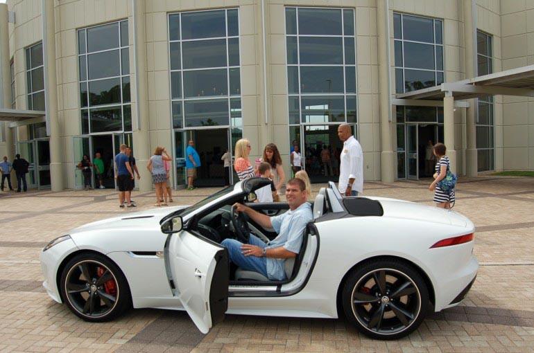 2014-Jaguar-F-Type-Chris-Luzar-mở
