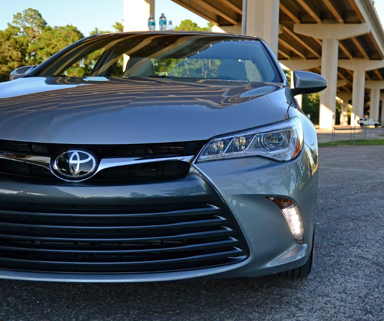 2015-toyota-camry-front-close
