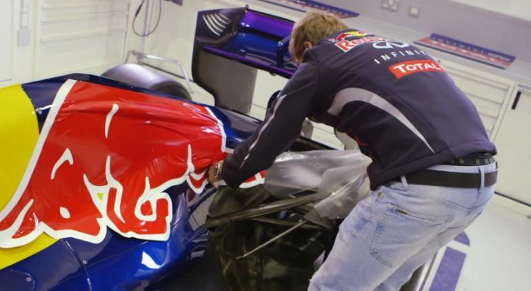 Sebastian Vettel chỉ cách KHÔNG dán đề can nhà tài trợ