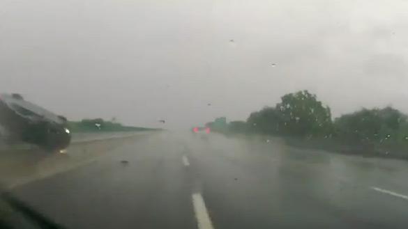 BMW M3 lật nhào trong vụ tai nạn kinh hoàng trên đường cao tốc mưa: Video